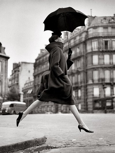 homage-to-munkacsi-carmen-coat-by-cardin-place-francois-premier-paris-august-1957-richard-avedon