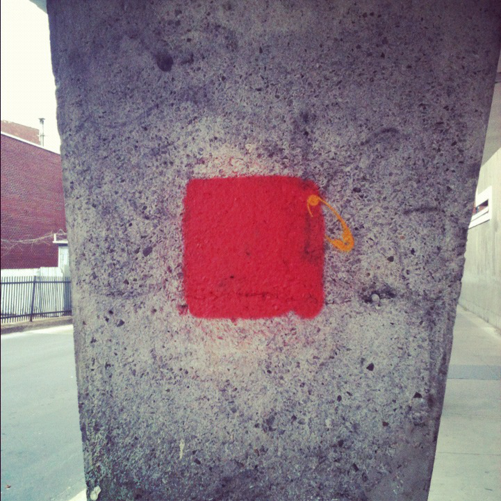 le-fameux-carrc3a9-rouge-devenu-le-symbole-du-printemps-erable-habituellement-c3a9pinglc3a9-sur-les-sacs-et-vc3aatements-en-soutien-aux-c3a9tudiants